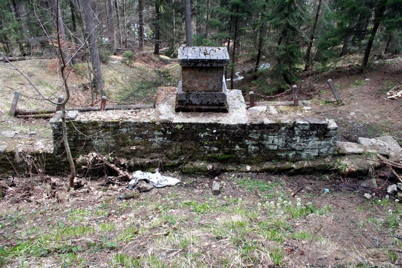 fekete tisza forras kőfal hátulról